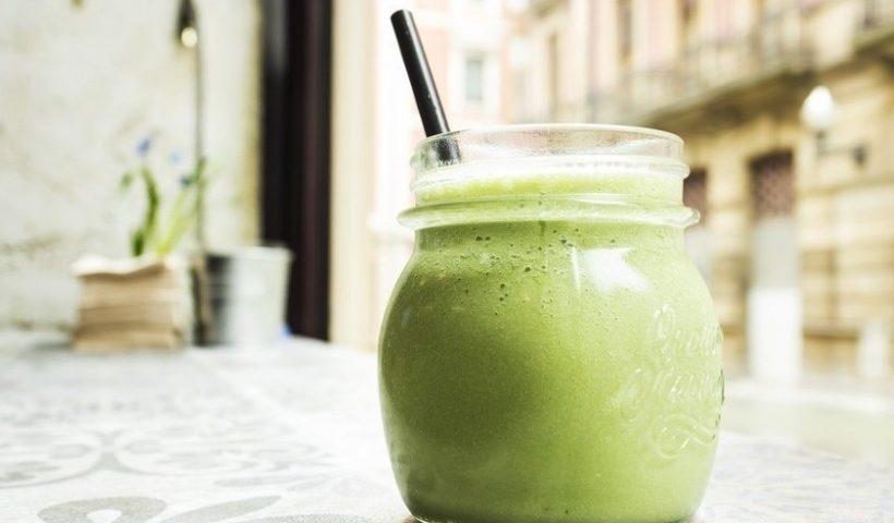 verre de smoothie vert à base d'aloe vera